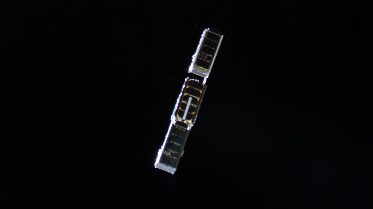 Aalto-2 (keskellä) laukaisun jälkeen